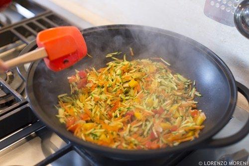 La cottura delle verdure nella wok