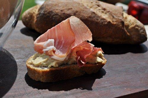 crostini-gluten-free-con hummus-di-ceci-e-prosciutto-di-parma-uno-chef-per-gaia