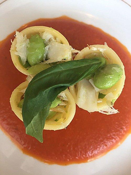 Paccheri ripieni di insalatina di baccalà e fave su passatina di datterini al basilico