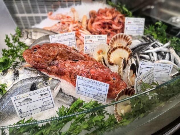 Il pesce in mostra nella pescheria ristorante Kyofish