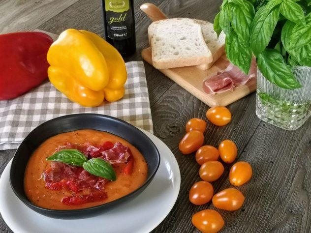 Il Gazpacho di pomodori gialli, peperoni e crudo croccante