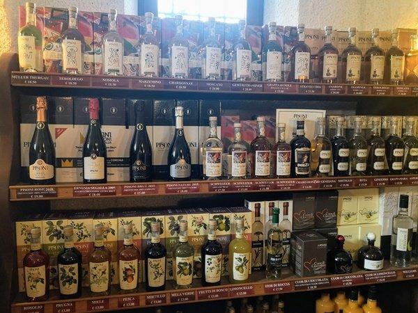 Esposizione di prodotti della distilleria Pisoni