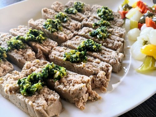Polpettone di tonno con salsa verde affettato