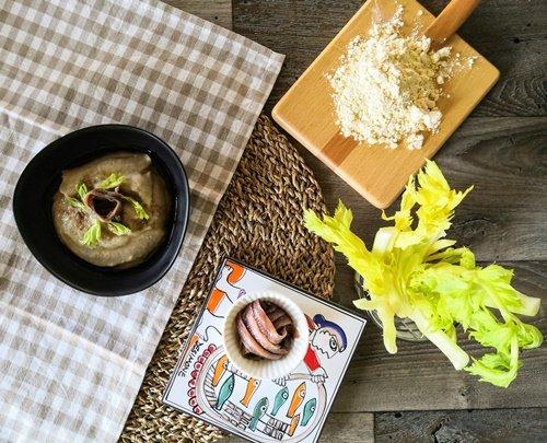 Il piatto finito con i pochi ingredienti necessari per prepararlo