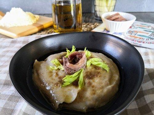 La polenta di roveja con le alici pronta per essere gustata