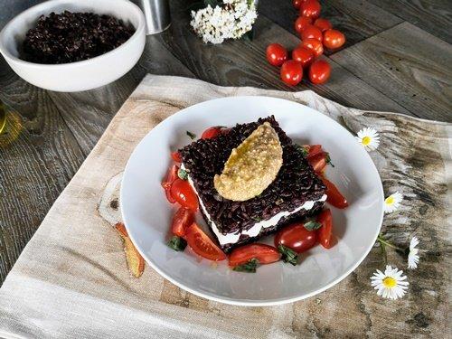 Foto delle Torrette di riso venere con crema di mandorle e pomodori