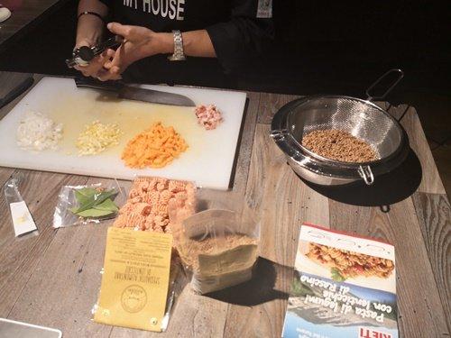 Il tavolo pronto per cucinare con gli ingredienti ricevuti nel kit