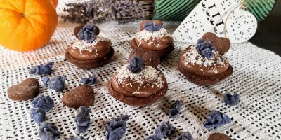 Dolcetti al cioccolato con violette candite